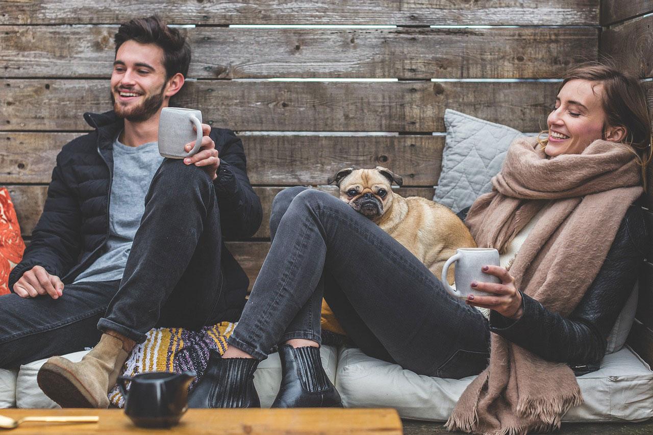 sens życia - szczęśliwa para młodych ludzi